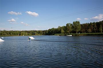 Unsere Wakeboard-Anlage in Berlin Velten bietet für erfahrene Wakeboarder viele verschiedene Obstacles.